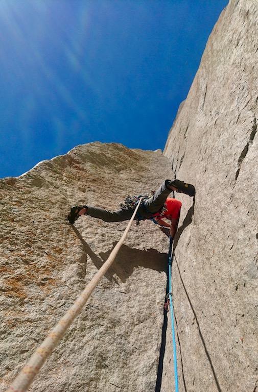 """Nici im """"Enduro Corner"""" von Astroman. Der Versuch diese Seillänge frei zu klettern kostet uns beiden sämtliche Kraftreserven."""