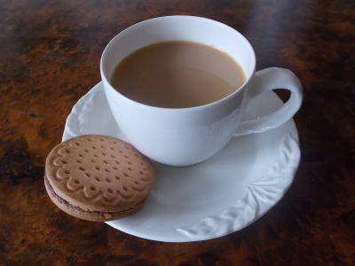 kaffeetasse mit keks zu Satzbau