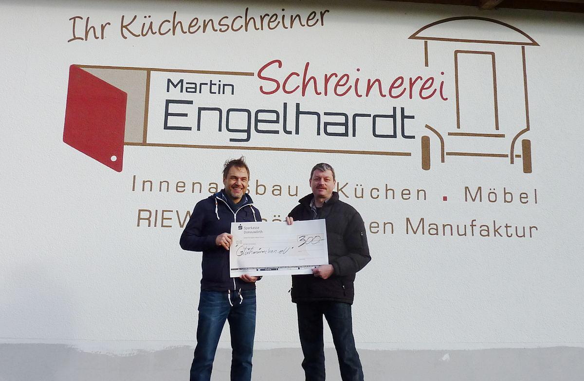 Schreinerei Engelhardt spendet für Glühwürmchen e.V.