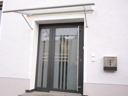 Haustüre mit Seitenteil und Vordach
