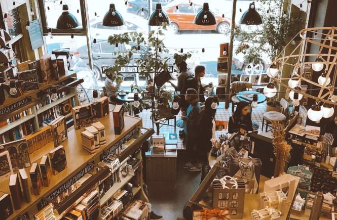 Komt een schrijver bij de boekwinkel