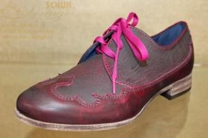 Ein absolutes Highlight ist dieser schöne, weinrot-antikfarbene Schuh mit pinker Schnürung und interessanter Sohle.