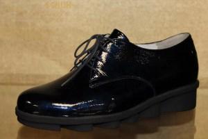 """Mit diesem Schuh von Waldläufer sind Sie absolut """"im Trend"""". Aus wunderschönem navy-blauem Lackleder mit Schnürung und einer außergewöhnlichen durchgehenden Laufsohle ein """"Hingucker"""" schlecht hin!! Sehr bequem und komfortabel durch sein Wechselfußbett und in angenehmer Weite ist er nicht nur für junge sondern auch für jung gebliebene geeignet!!"""
