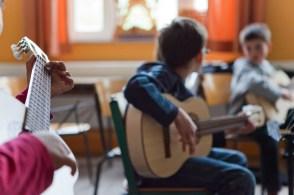 Auch Gitarrenunterricht ist möglich.