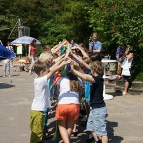Die Klasse 3c startet mit einem Tanz.