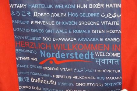 """""""Herzlich Willkommen!"""" - So steht es auf dem Beutel, den jeder Flüchtling am ersten Tag als Grundausstattung bekommt."""