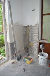 Die aufgestemmten Wände werden nun ordentlich wieder geflickt.