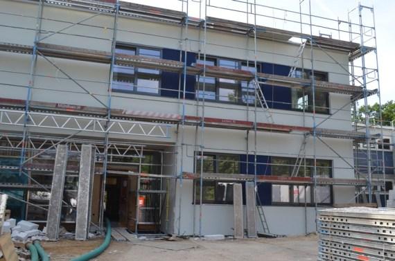 Die Arbeiten an der Fassade des Erweiterungsbaus sind fast komplett abgeschlossen.