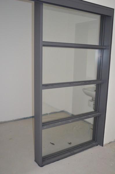 Die fertig lackierten Tür und Fensterzagen bekommen nun endlich ihr gläsernde Füllung!