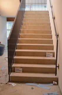 Natürlich haben die Stufen keinen Anstrich bekommen. dafür aber das Geländer! Finger weg - ist noch frisch!