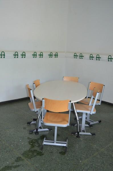Da in den Gruppenräumen des Altbaus noch gearbeitet wird, muss das Mobilar des Gruppenraumes im Flur warten!
