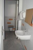 Die neue Mädchenpausentoilette hat endlich ein Waschbecken und andere wichtige Utesilien bekommen.