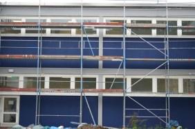 Nun erstrahlt die neue Fassade in einem kräftigen Blau.
