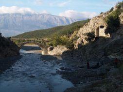 Historický most pri vstupe do kaňona. V pozadí pohorie Dhembelit