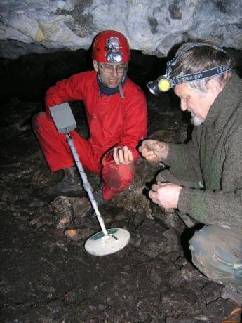 Hľadanie kovových predmetov v jaskyni, toto bol len poplašniak. Foto: Juraj Szunyog