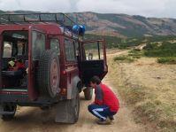 Očko obdivuje auto, ktorým nás Žežo každý deň hodinu vezie na planinu