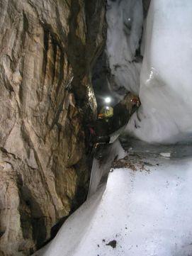 V hlbke -140 m je stále ľad. Fotiť sa tu dalo len na jednom mieste, kde nepršalo