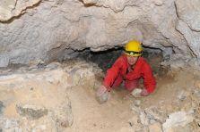 Prehĺbená plazivka na konci jaskyne.