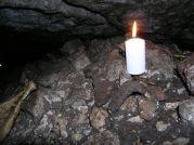 Črepy a kosti v jaskyni