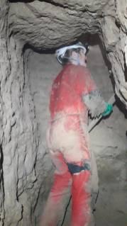Na konci vykopanej chodby je to teraz na stojáka