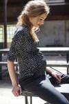 elegantes, gemustertes Umstandsshirt und schwarze Umstandshose
