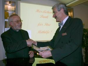 Präsident Rolf Harms freut sich mit Pater Dietmar Weber über die Barspenden