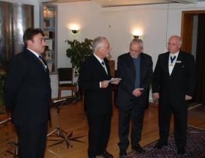 Übergabe des Spendenschecks durch den Vorsitzender der Groß-Loge Heinz Dörendahl an den Provinzial des Kamilianer-Ordens, Pater Weber