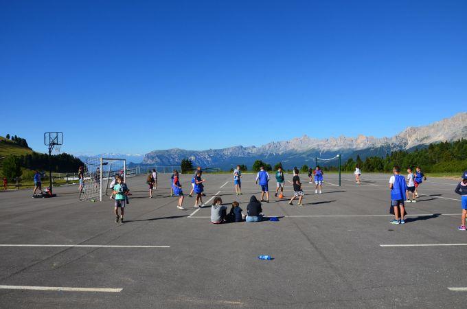 Fußball- und Volleyballspielen mit Blick aud die Dolomiten