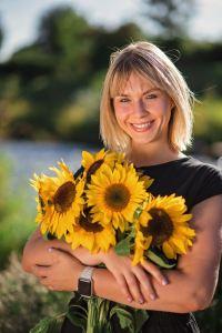 Tina Schwarz mit Blumenstrauss