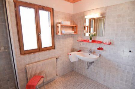 großes Badezimmer Waschbecken und Dusche