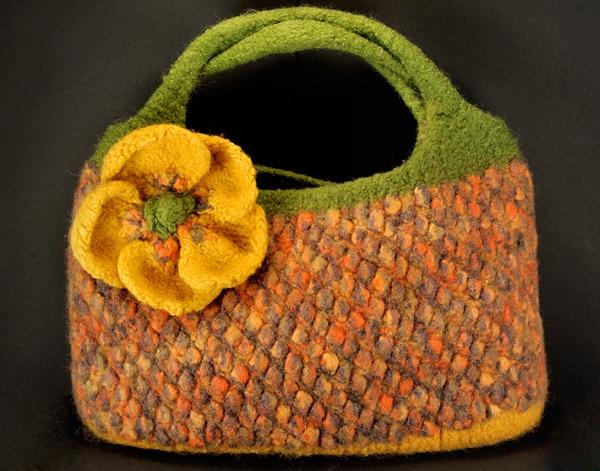 Strickfilztasche mit Blume