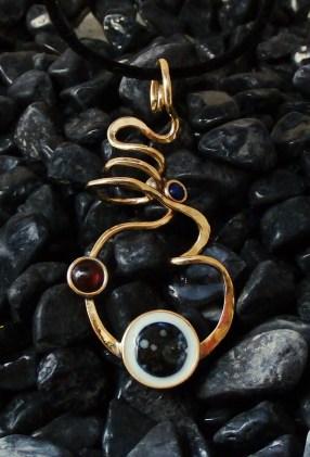 pendant nugold, black shell, Garnet 7mm. Lapis lazuli 4mm - 7