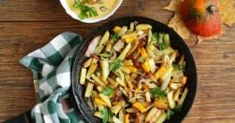 Gebratene Kartoffelmit würzigem Hähnchenfleisch in der Paella Pfanne