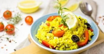 Würziger Paella Reis mit Hähnchen in der Grillpfanne