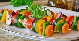 Zucchini-Spieße mit Käse und Paprika