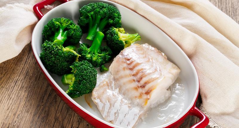 Fischsuppe mit Gemüse im Grilltopf