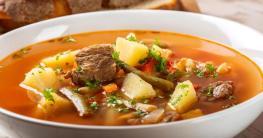 Rindfleischsuppe mit Gemüse im Kessel
