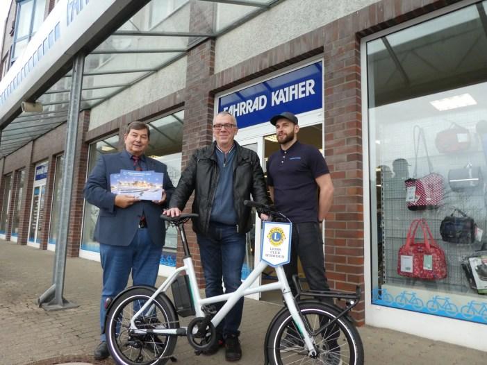 Hauptgewinner des LIONS Adventskalenders erhält E-Bike