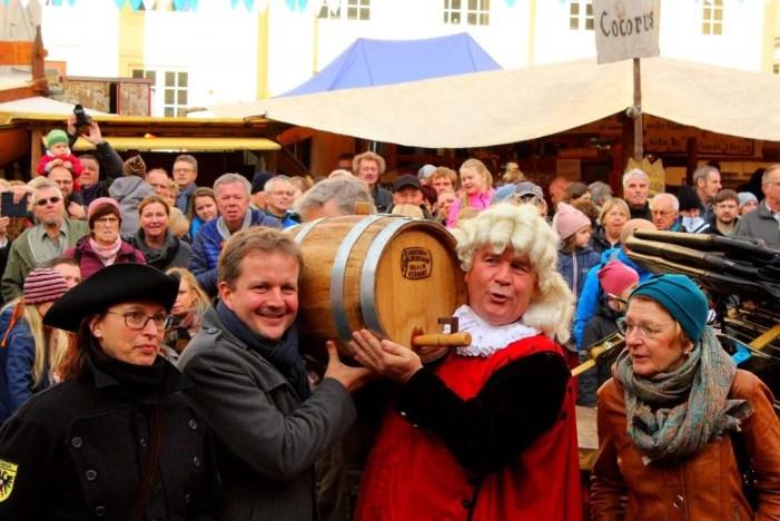 Tradition ist Tradition: Aus Schuld oder Freundschaft brachte der Martensmann den Wein mit