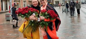 Cheryl Shepard verteilt 1000 Rosen in Schwerin