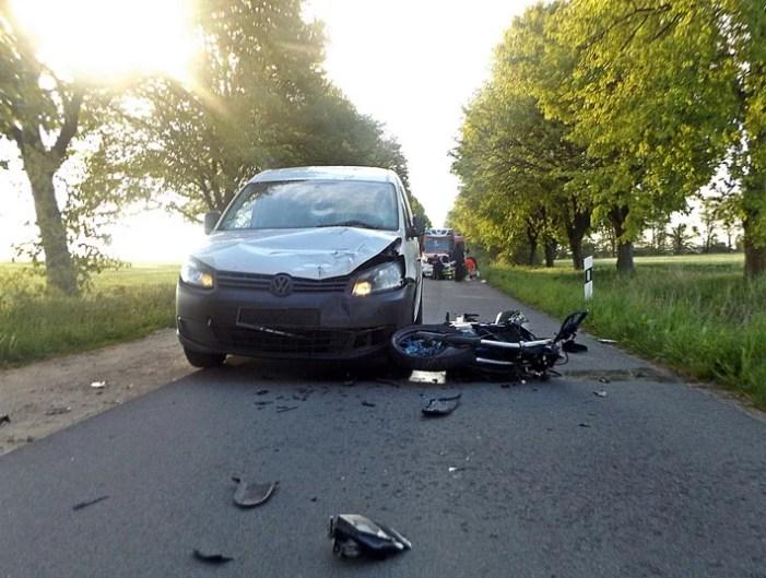 Frontalcrash zwischen Motorrad und Pkw