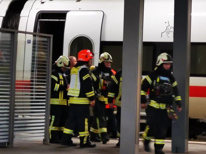 Feuerwehreinsatz an ICE im Schweriner Hauptbahnhof