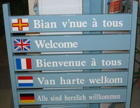 1280px-Welcome_multilingual_Guernsey_tourism