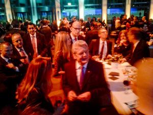 Gesellschaftliche Kontakte der Forschung  - Der Bundespräsident sprach noch stundenlang mit Teilnehmern der Preisverleihung (Foto: Korbmann)