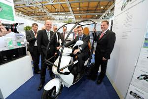 Aus dem IAO-Blog: Die IAO-Crew mit dem Stuttgarter Wirtschaftsminister Nils Schmid bei einer Elektrofahrzeug-Messe.