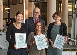 Die Forschungssprecher des Jahres 2015 : v.l. Caroline Wichmann, Dr. Katharina Jansen und Dr. Elisabeth Hoffmann, mit Reiner Korbmann bei der Verleihung. (Foto: J Rathke)