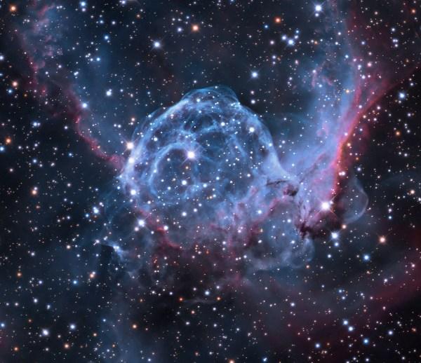 """Der planetarische Nebel NGC 2359 (""""Thors Helm""""), der von einem in ihm enthaltenen heißen Stern ausgestoßen wurde und zum Leuchten gebracht wird. Bild: Wikimedia Commons, Jschulman555, CC BY-SA 4.0; Farbe modifiziert vom Autor."""