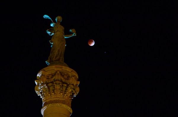 Mond mit Soldiers & Sailors Monument, Des Moines, Iowa. Aufnahme mit Canon EOS 70 DSLR, 58 mm Brennweite, 1 s bei Blende 2,8 und 200 ISO. Bild: Flickr, Brian Abeling, CC BY-NC-ND 2.0.