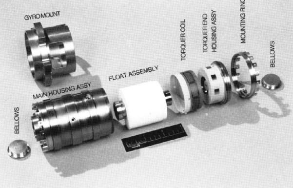 Hubble Gyroskop zerlegt. In der Mitte der Schwimmkörper (Float Assembly), in dem der Kreisel sich dreht. Zwischen Float und Gehäuse (Main Housing Assembly) befindet sich eine viskose Flüssigkeit. Bild: [4]