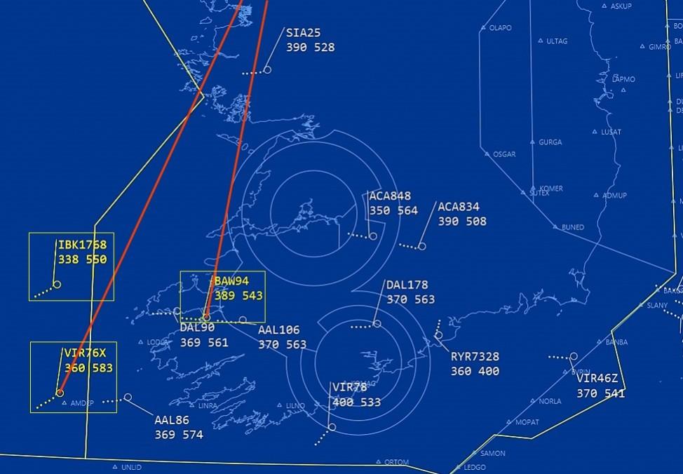 """Ausschnitt aus dem Video zu Beginn des Dialogs. Die am Gespräch beteiligten Flugnummern wurden gelb hervorgehoben und umrahmt. Rote Linien zeigen in etwa die Richtung der ersten Sichtung an (die erste Zahl unter der Flugnummer gibt den """"Flight Level"""", d.h. die Höhe, in 100-Fuß-Schritten an: 389 bedeuten z.B. 38900 Fuß = 11860 m; die zweite Zahl ist die Geschwindigkeit in Knoten, 1 kn = 1,852 km/h)."""